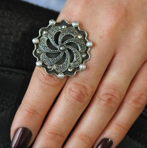 Mars & Valentine Elegant Black Swirl Statement Ring